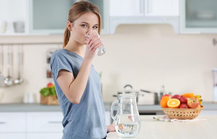 نوشیدن روزانه ۱۰ لیوان آب برای پیشگیری از سنگ کلیه ضروری است